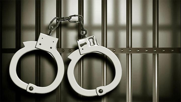 دستبند و میله زندان