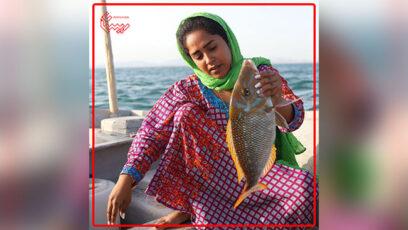 زنی با ماهی در دست